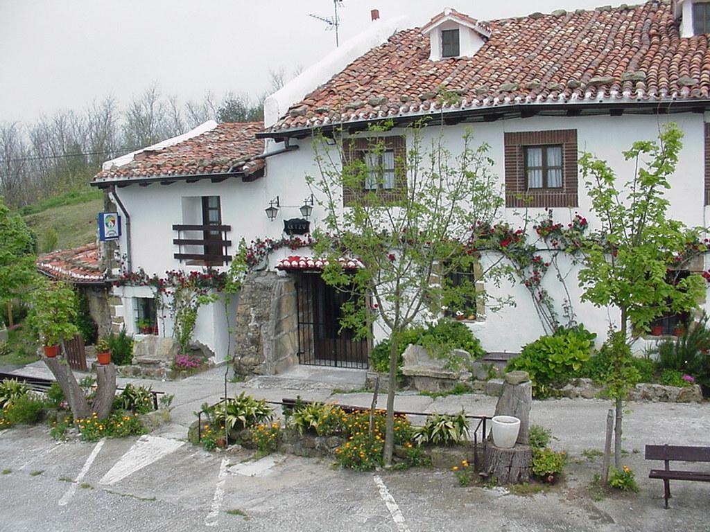 Rustic house artzu hondarribia spain for Rustic hotel